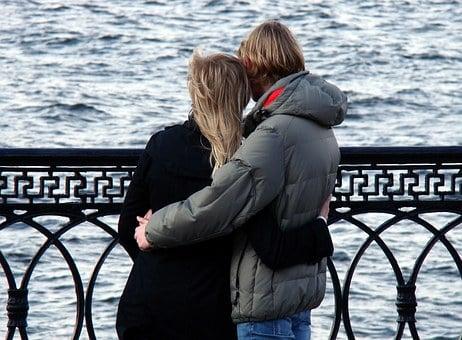 Paar in Armen vor dem Meer