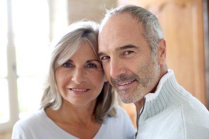 Mann und Frau drücken Ihre Köpfe aneinander