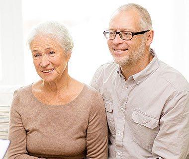 älteres Ehepaar im Gespräch mit einem Therapeuten