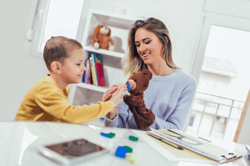 Frau mit Kind am lernen