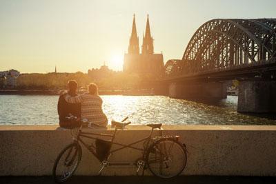 Ein Paar vor dem Kölner Dom